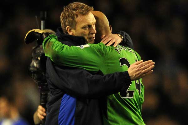 Everton manager David Moyes and goalkeeper Tim Howard during the 2009-10 Premier League Season. Credit: Chris Brunskill - ISIPhotos.com