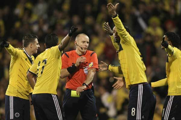 fifa-referee-colombia-players