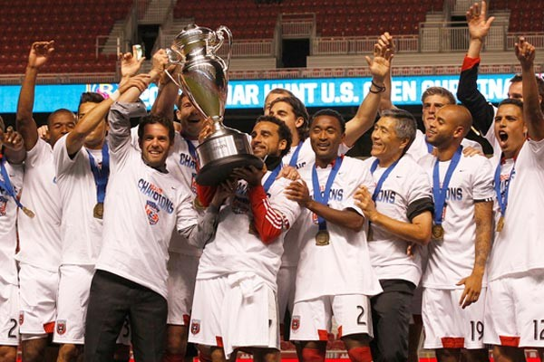 dc-united-2013-us-open-cup-celebration-trophy