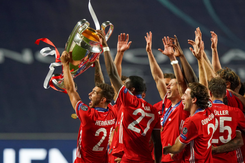 bayern munich celebrates with the champions league trophy