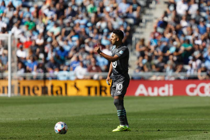 emanuel reyneso preparing a free kick