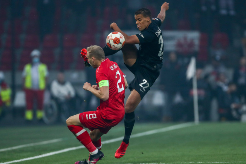 timmy chandler battles for the ball in the Europa League